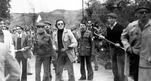 El 'hombre de la gabardina', a la derecha, arropado por varios ultras extranjeros. Cesión del PC