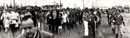 La columna ultraderechista procedente del hotel Irache se dirige hacia Montejurra el 9 de mayo de 1976. Fotos cedidas por el Partido Carlista (PC)