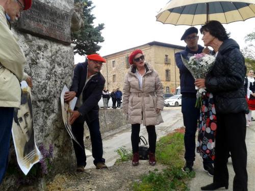 María Teresa de Borbón-Parma se acerca con unas flores al monolito dedicado a Aniano y Ricardo este sábado. Manuel Martorell
