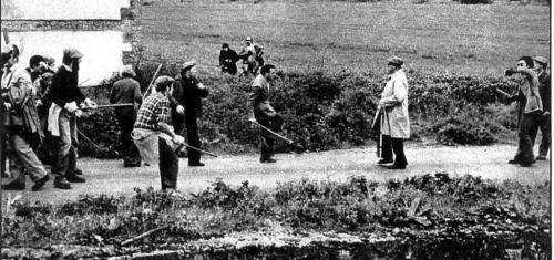 """Momento en que Aniano, carlista y militante de la HOAC, es alcanzado mortalmente, justo en el centro de la imagen, por """"el hombre de la gabardina"""". Fotos cedidas por el Partido Carlista (PC)"""
