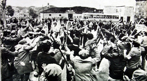 Momento en que los carlistas rechazan con bastones a los grupos ultras junto al monasterio de Irache. Cesión del PC