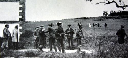 Una dotación de la Guardia Civil intenta separar a los contendientes tras los disparos. Cesión del PC