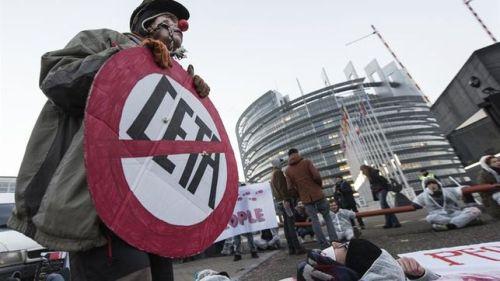 activistas-protestan-puertas-eurocamara-ceta_ediima20170215_0145_4
